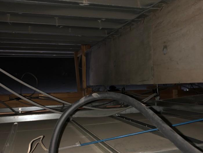 見えそうで見えない天井裏。